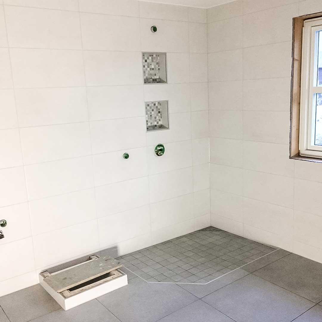 hvite-fliser-på-vegg-bad-v01