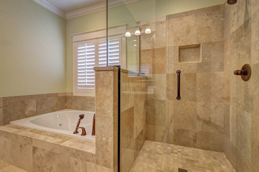 baderom med badekar og dusj, flise bad i Bergen, baderomsfliser, fliser på bad, flisleggerfirma, flisleggerfirma i Bergen